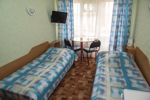 Две 1-спальные кровати, тумбы, ТВ, холодильник, посуда, эл.чайник, шкаф для белья. Душ с поддоном и санузел совмещен, балкон (в номерах с видом на озеро).
